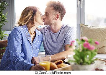 baciare, coppia, giovane, cucina