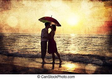 baciare coppie, sotto, ombrello, spiaggia, in, sunset., foto, in, vecchio, immagine, style.