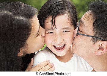 baciare, famiglia asiatica, felice