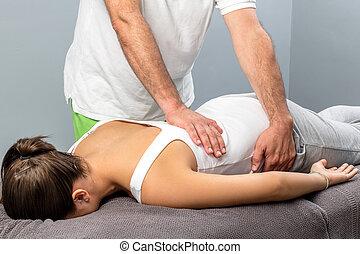 back., 女性, より低い, 物理療法家, マッサージ