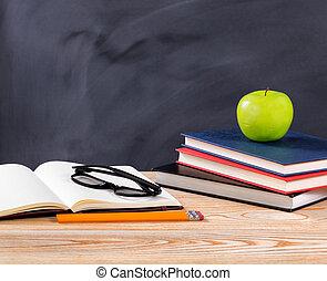back to la escuela, escritorio, con, papelería, objetos, delante de, erased, negro, pizarra