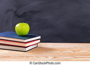 back to la escuela, libros, y, manzana verde, delante de, erased, negro, pizarra