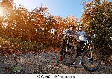 backlight., aller, couple, jeune, jour, automne, parc, tour vélo, heureux
