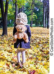 backpack-bear, peu, ensoleillé, charmer, automne, derrière, forêt, girl, vue postérieure