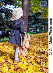 backpack-bear, peu, ensoleillé, charmer, forêt automne, girl, vue postérieure