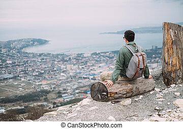 backpacker, ülés, képben látható, fatörzs