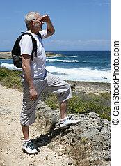 backpacker, het turen, middelbare leeftijd , oceaan