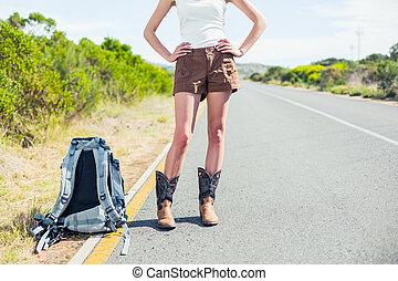 backpacking, vrouw, op, de, kant van de weg, het poseren