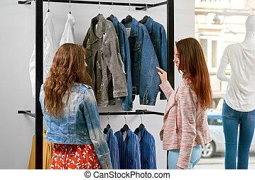 backview, di, due ragazze, vestiti acquisto, in, il, shop.