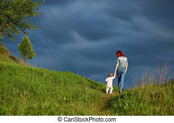 backview, di, giovane, madre, andare, con, poco, figlia, in, estate, field.