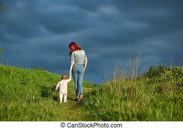 backview, di, giovane, madre, camminare, con, poco, figlia, in, estate, field.