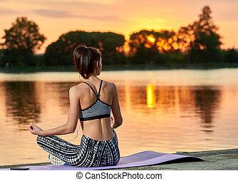 backview, di, jogging, ragazza, appresso, lago, su, sunset.