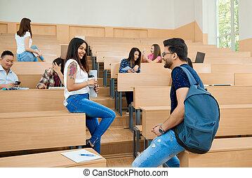 backview, di, studenti, comunicare, in, university.