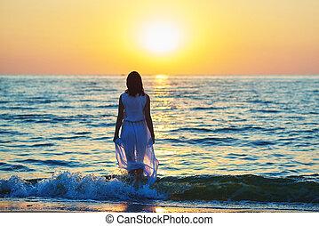 backview, di, uno, ragazza, in, vestito bianco, camminare, in, mare, waves.