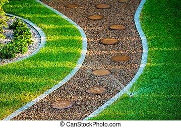 backyard, trávník roztroušená hrstka