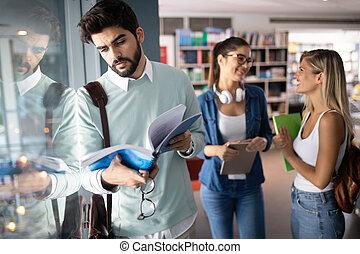 badając, grupa, razem., przyjaciele, uniwersytet, studenci, szczęśliwy, młody, multiracial, kolegium