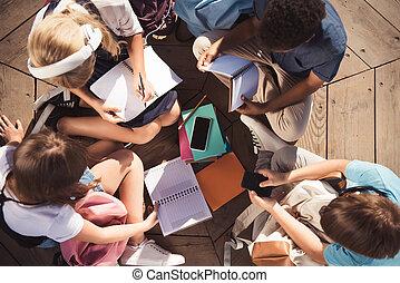 badając, multiethnic, razem, nastolatki