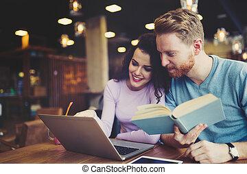 badając, para, biblioteka, szczęśliwy