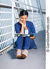badając, uniwersytet, samiczy student, afrykanin
