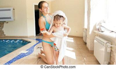 baddoek, haar, moeder, groot, na, jonge, het wissen, video, ...