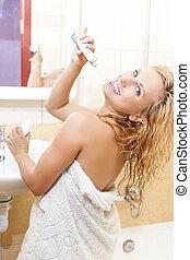 badkamer, vrouw, elektrisch, haar, tandenborstel, binnen, schoonmakende tanden, verticaal, kaukasisch