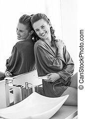 badkamer, vrouw zitten, jonge, tandenborstel, het glimlachen