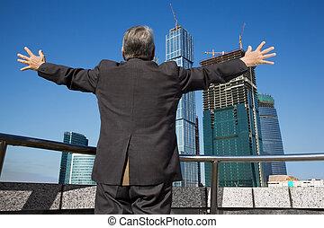 bag efter, senior mand, hos, den, bygning, hos, hånd oppe