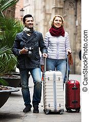 bagaż, dojrzała para, pieszy