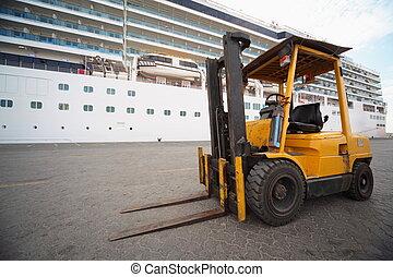 bagger, in, qaboos, port., fokus, auf, excavator's, wheel., ausflugsdampfer, in, heraus, von, fokus.