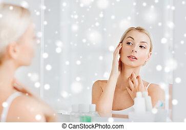 bagno, donna, giovane guardare, specchio, felice