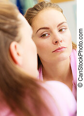 bagno, donna, giovane, specchio, dall'aspetto