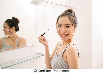 bagno, donna, trucco, giovane guardare, specchio, casa, sorridente