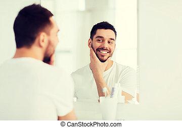 bagno, giovane guardare, specchio, casa, uomo, felice