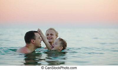 baigner, parents, jeune, mer, fils