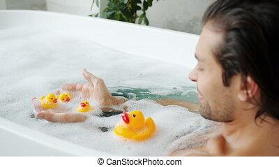 baignoire, maison, amusement, mouvement, lent, homme, caoutchouc, adulte, jouets, espiègle, avoir