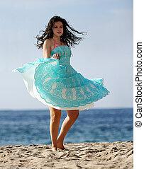 bailando, en la playa