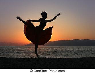 bailando, mujer, en la playa