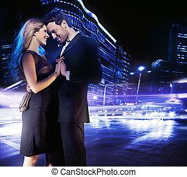 bailando, pareja, joven, calle, sonriente, guapo