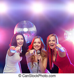 bailando, tres, sonriente, canto, karaoke, mujeres