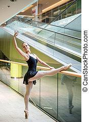 bailarín de ballet clásico, escalera mecánica