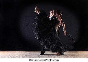 bailarínes de salón, contra, fondo negro, latino