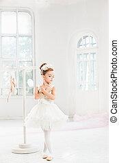 bailarina, poco, tutu., clásico, bailando, ballet, niño, niña, adorable, blanco, studio.