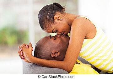 baisers, américain, africaine, couple, jeune
