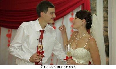 baisers, celebratory, nouveaux mariés, dîner.