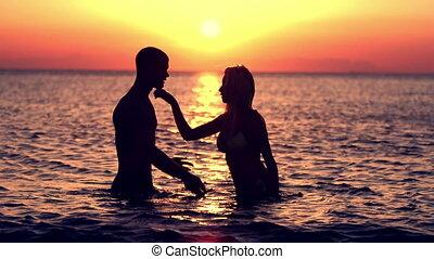 baisers, coucher soleil couples
