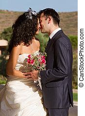 baisers, couple, après, jeune, mariage