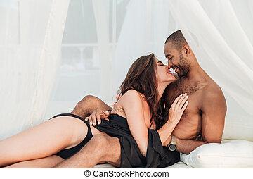 baisers, couple, blanc, lit, embrasser