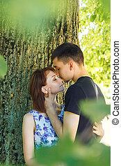 baisers, couple, jeune, gentil