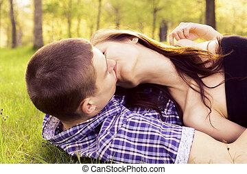 baisers, couple, jeune, heureux