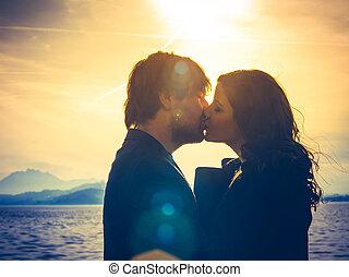 baisers, couple, jeune, lumière soleil